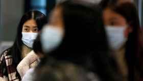 Una pasajera con una máscara protectora en el aeropuerto Fiumicino,  Roma, este 31 de enero.