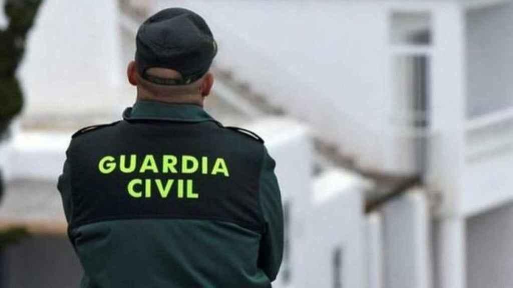 La Guardia Civil, la Policía Local y sanitarios del 061 se trasladaron al lugar de los hechos