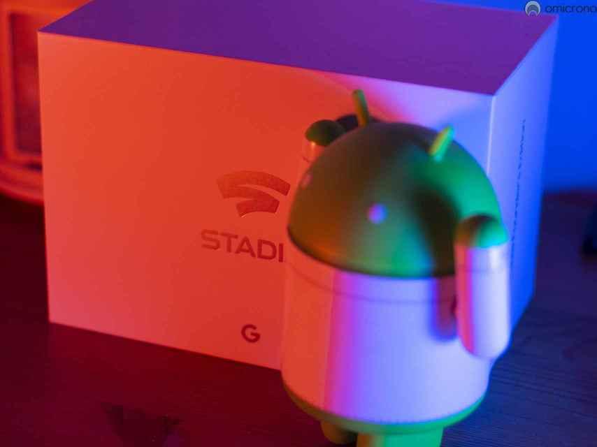 Andy el androide junto a la caja de Stadia Founder's Edition.