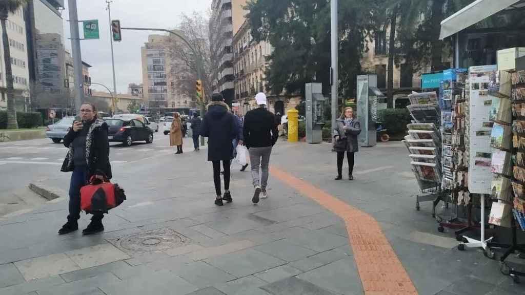 Dos jóvenes caminan por la Plaza de España de Mallorca, este pasado jueves.