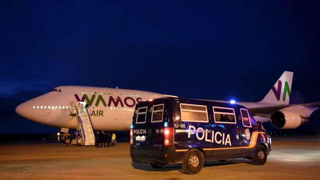 La llegada del avión con los españoles de Wuhan a Barajas. EFE.