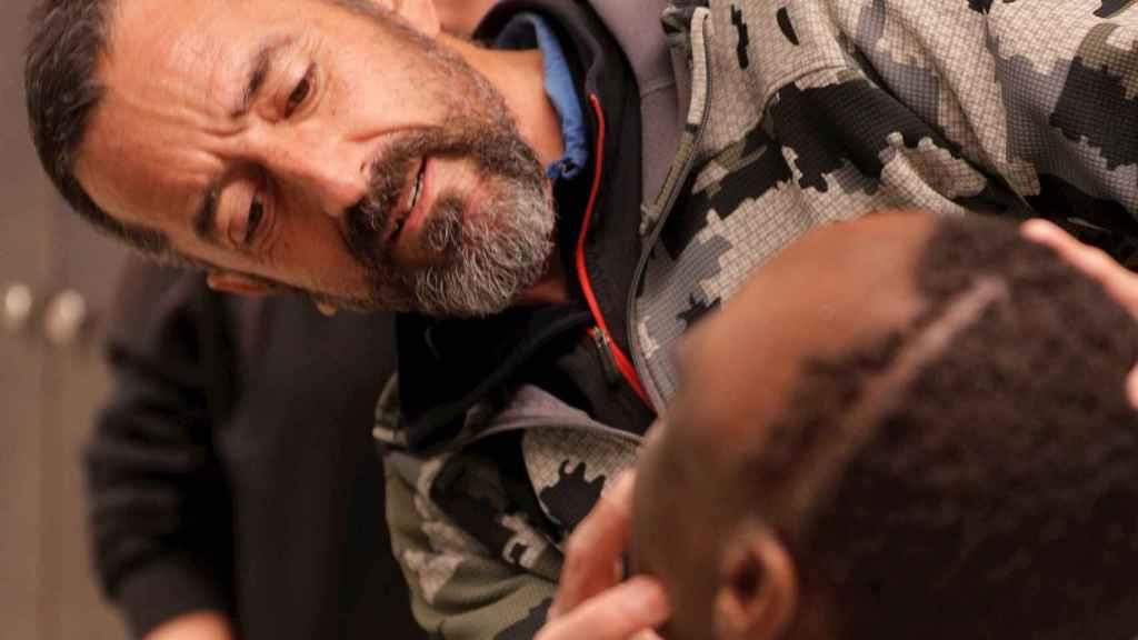 El cirujano Pedro Cavadas observa la cara de Emmanuel tras la operación. EFE/Kai Försterling.