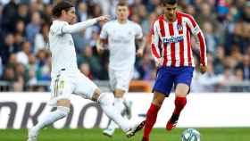 Sergio Ramos presiona a Álvaro Morata