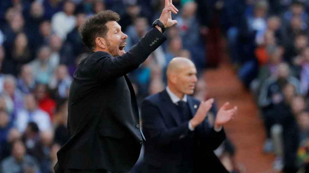 Zidane y Simeone dan órdenes a sus jugadores desde la banda del Santiago Bernabéu