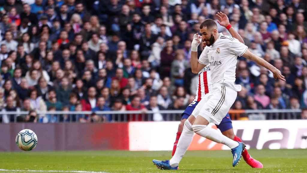 Benzema remata un pase de Mendy y marca el primer gol del Madrid en el derbi