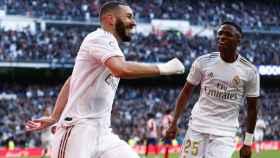 Benzema y Vinicius celebran el gol del Real Madrid al Atlético