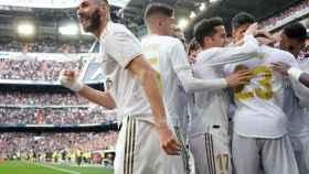 Karim Benzema celebra junto a sus compañeros su gol al Atlético de Madrid