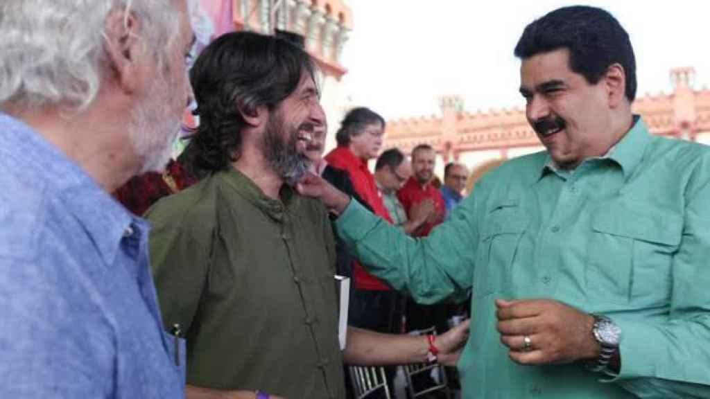 Alfredo Serrano Mancilla bromea con Nicolás Maduro en un acto público del régimen venezolano.