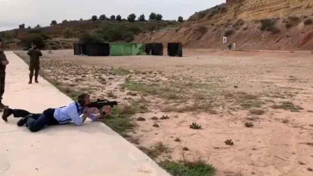 Javier Ortega Smith, disparando con un fusil de asalto en una base militar.