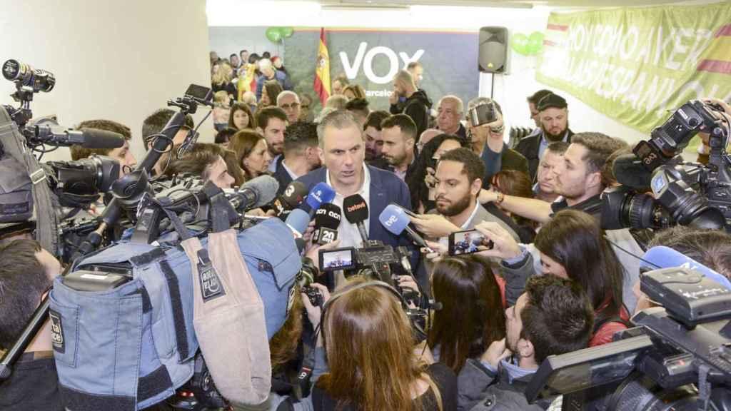 Javier Ortega Smith junto con Ignacio Garriga durante la inauguración de la sede de Vox en Barcelona.