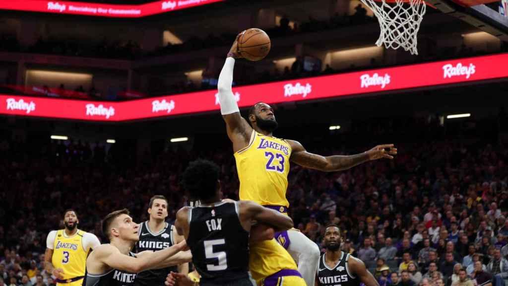 LeBron James durante la victoria de Lakers ante Sacramento Kings