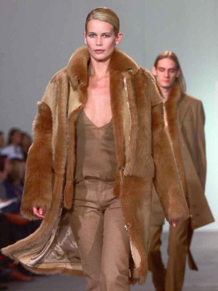 Claudia Schiffer, desfilando en la década de los 90.