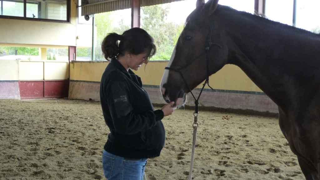 Belén Caramés, junto a un caballo, embarazada.