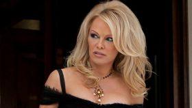 Pamela Anderson saliendo de un hotel.