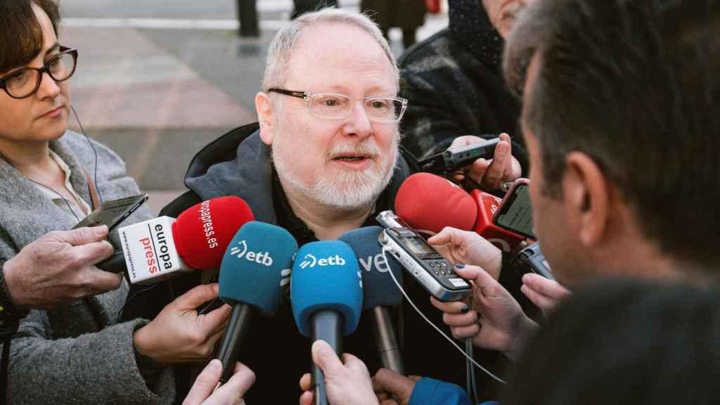 Eliseo Gil, el exdirector del yacimiento de Iruña-Veleia, atendiendo a la prensa.