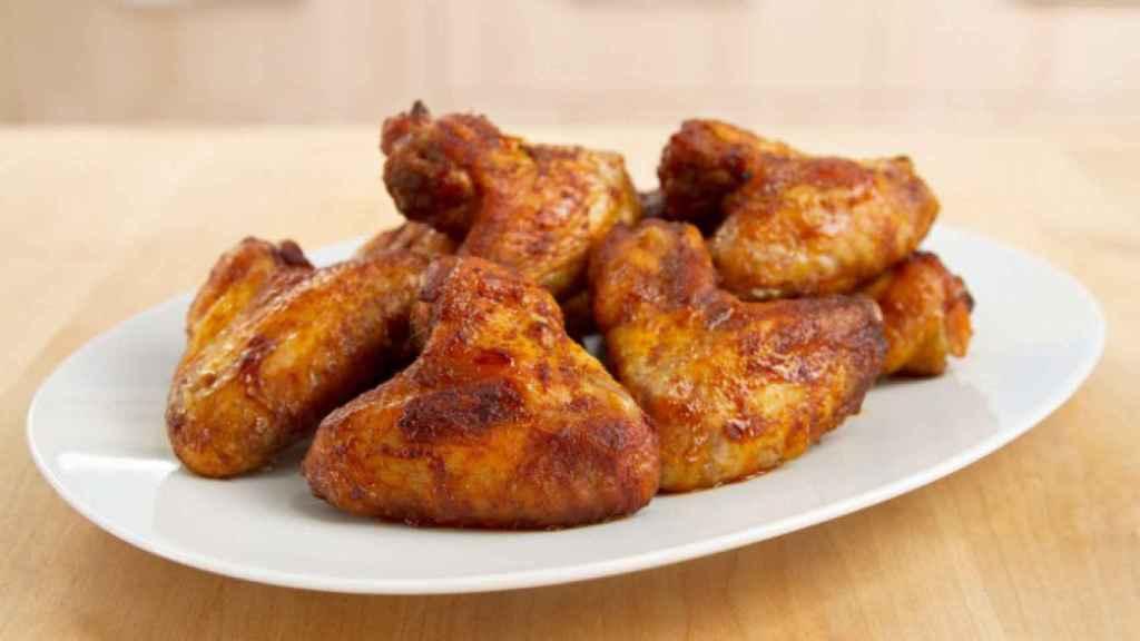 Alitas de pollo fritas en freidora.