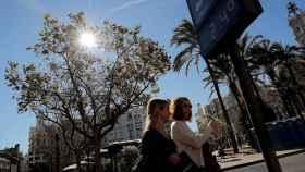 Plaza del Ayuntamiento de Valencia donde un termómetro marca 24 grados a comienzos de febrero. EFE/Manuel Bruque