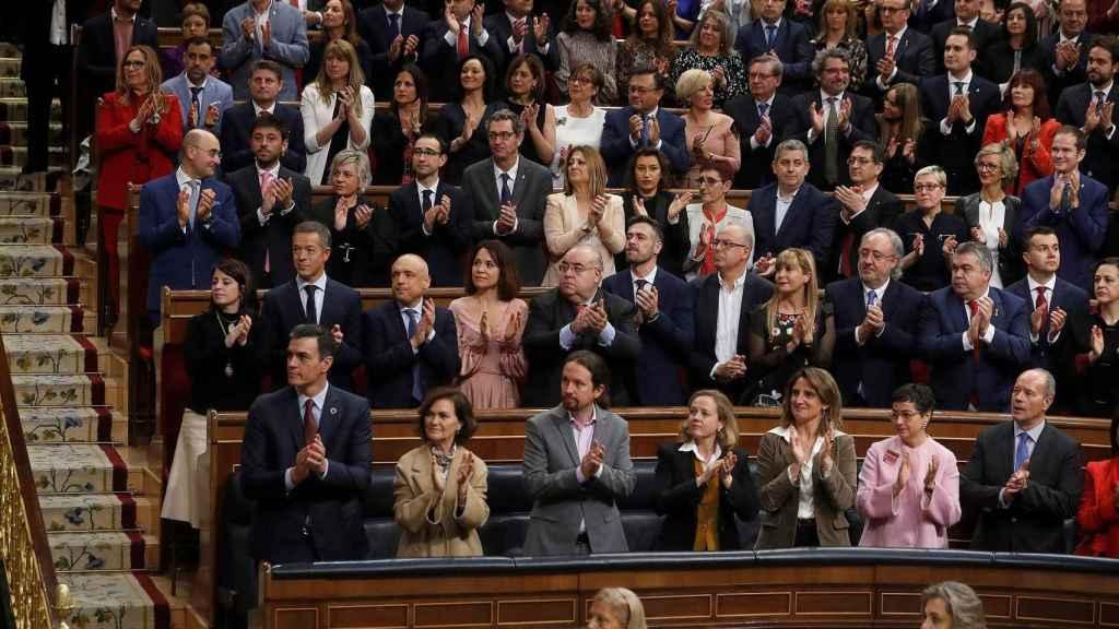 La bancada socialista y el Gobierno en pleno, entre ellos Iglesias, aplauden el discurso del Rey.
