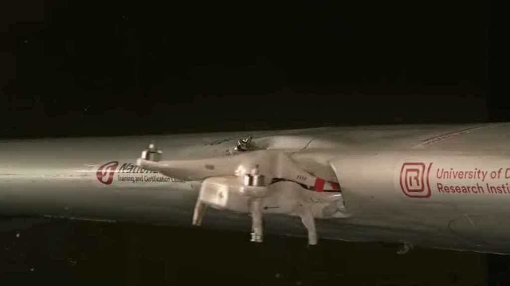Un dron impacta contra el ala de un avión en un experimento