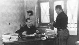 Manuel Hedilla sentado a la mesa de su despacho.