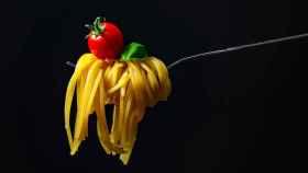 Un tenedor con unos espaguetis.