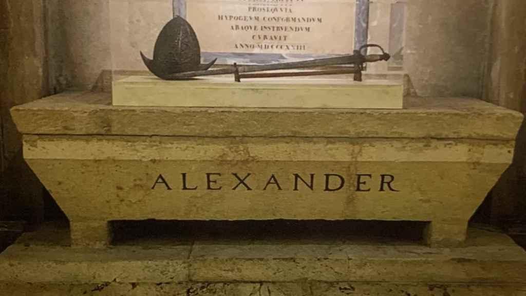 Tumba de Alejandro Farnesio, antes de ser exhumado, en Parma.