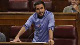 Alberto Garzón habla desde su escaño del Congreso de los Diputados.