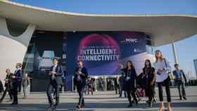 Visitantes del Mobile World Congress Barcelona - MWC 2019 en la entrada de Fira Barcelona.