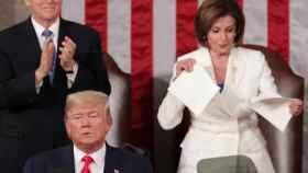 Nancy Pelosi rompe el discurso de Donald Trump en el Congreso de Estados Unidos.