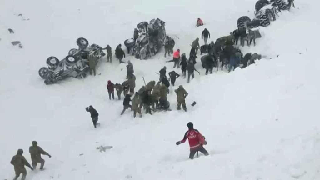 Imagen del equipo de rescate en busca de supervivientes.