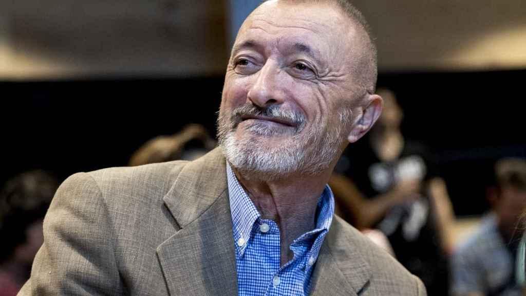 El escritor Arturo Pérez-Reverte en la presentación de su libro 'Necroeconomía'.