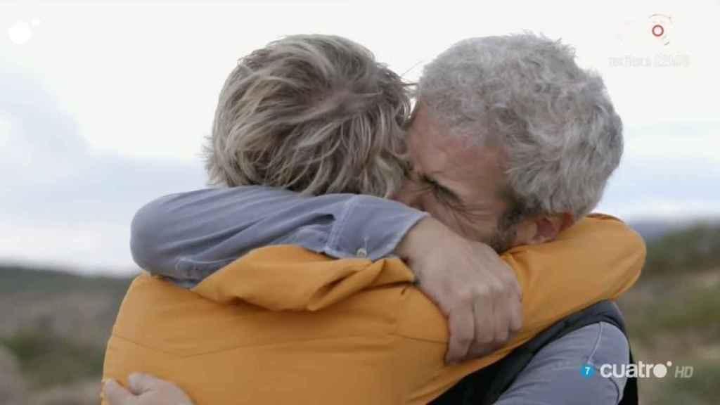 Lorenzo, emocionado abrazando a Calleja.