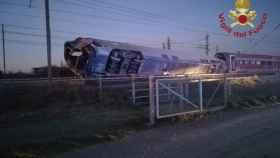 Uno de los vagones del tren que ha descarrilado este jueves en Italia.