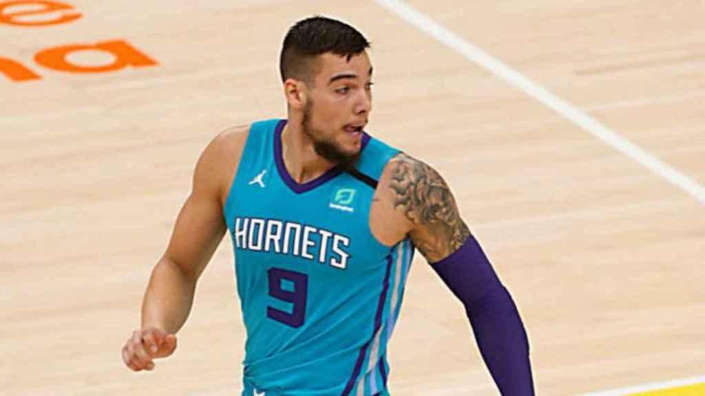Willy Hernángomez en un partido con los Hornets
