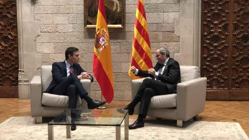 Las banderas de España y Cataluña en la reunión de Sánchez y Torra.