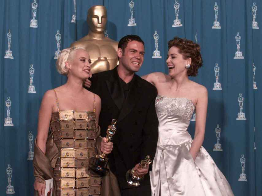 Lizzy Gardiner posing with other actors at the 1990 Oscars.
