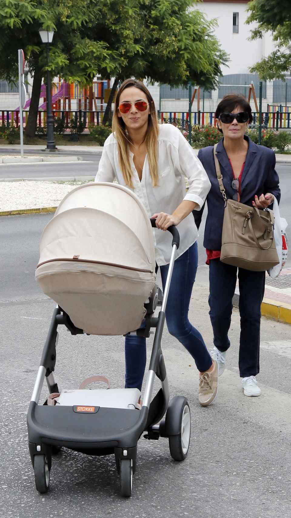 Irene Rosales junto a su madre, Mayte Vázquez, por las calles de Sevilla.