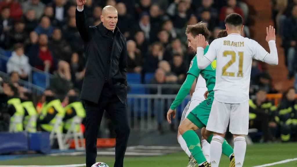 Zidane da órdenes a sus jugadores aprovechando que el balón sale por la banda