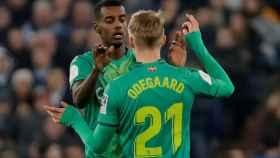 Odegaard felicita a Isak por su gol