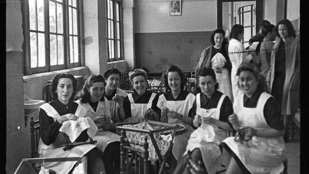 Chicas de la sección femenina bordando.