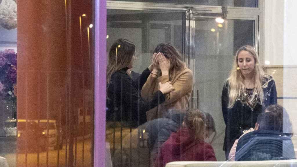 Irene Rosales ha llorado al entrar en el tanatorio.