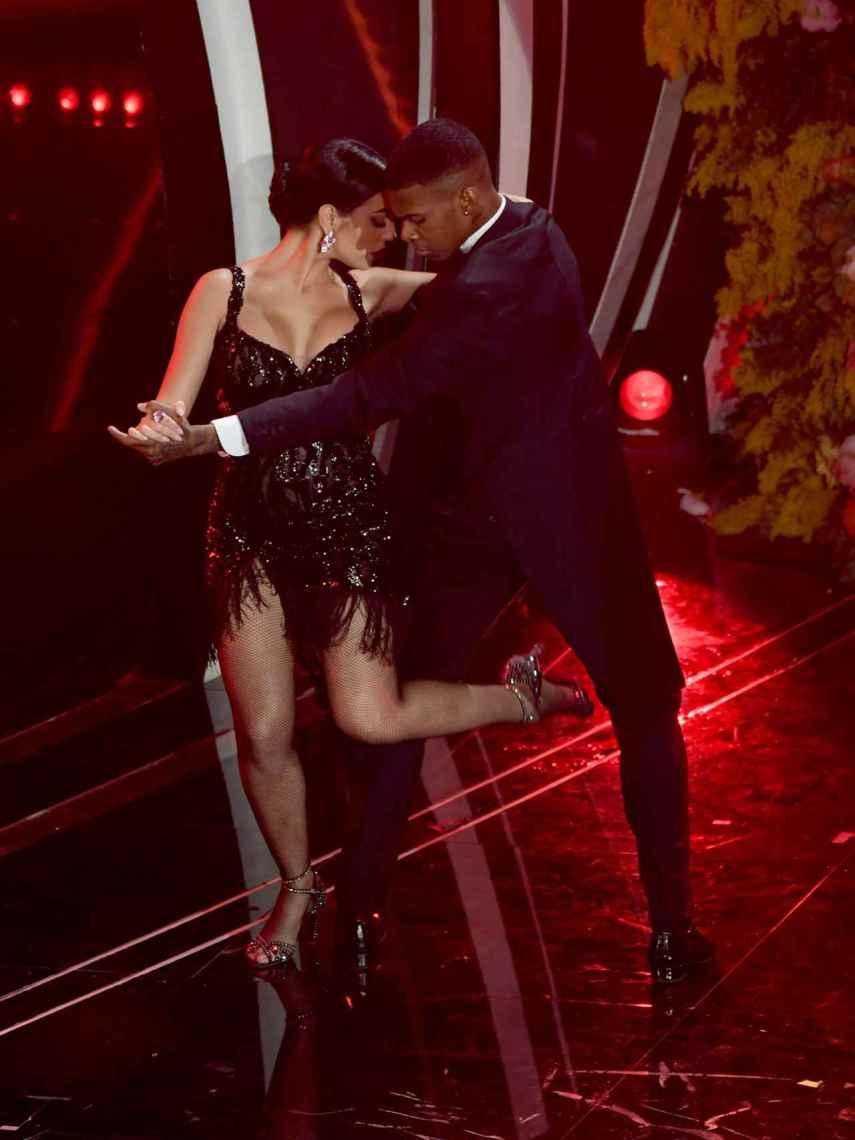 Georgina en el escenario bailando un tango.