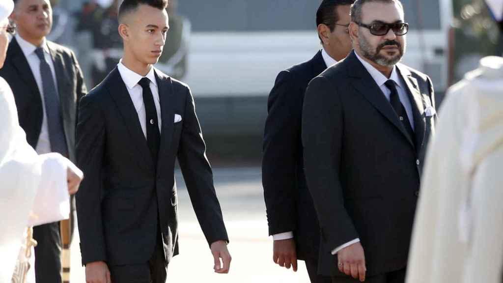 Mohamed VI junto a Moulay Hassan, su hijo, saliendo de un avión.