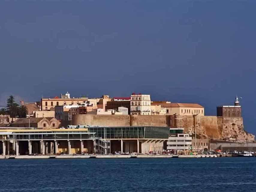 En primer plano, la estación marítima de Melilla, con parte de la ciudad autónoma a su espalda.