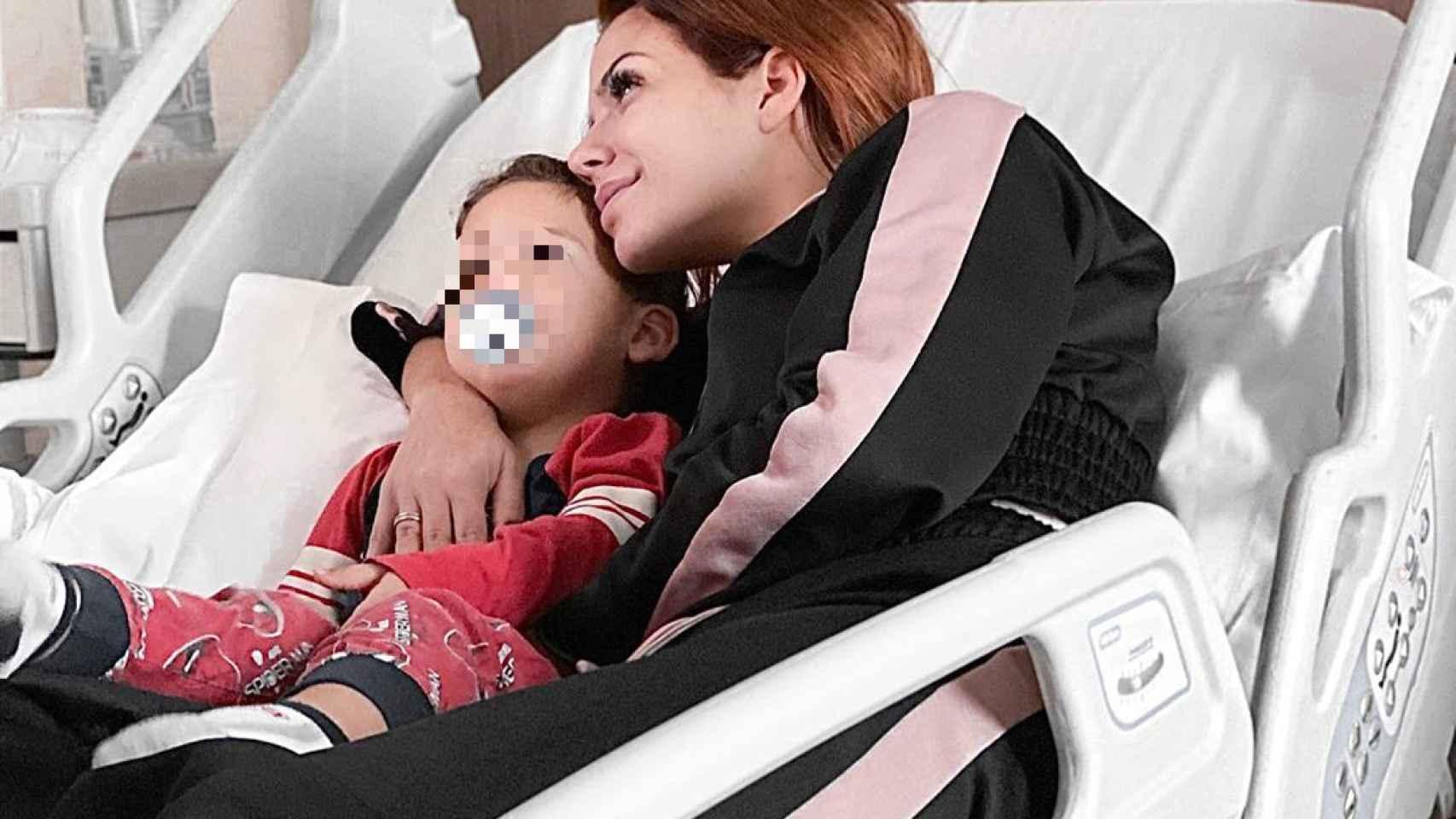 Tamara Gorro junto a su hijo Antonio, ingresado en el hospital de Valencia.