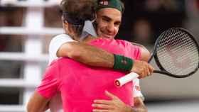 Rafa Nadal y Roger Federer se funden en un emotivo abrazo