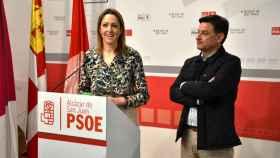 Cristina Maestre y Julián Morcillo en la sede del PSOE de Alcázar de San Juan