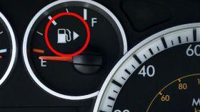 El medidor de combustible marcando que el depósito está vacío.