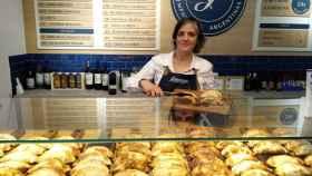 Agustina coloca empanadas argentinas en Graciana.