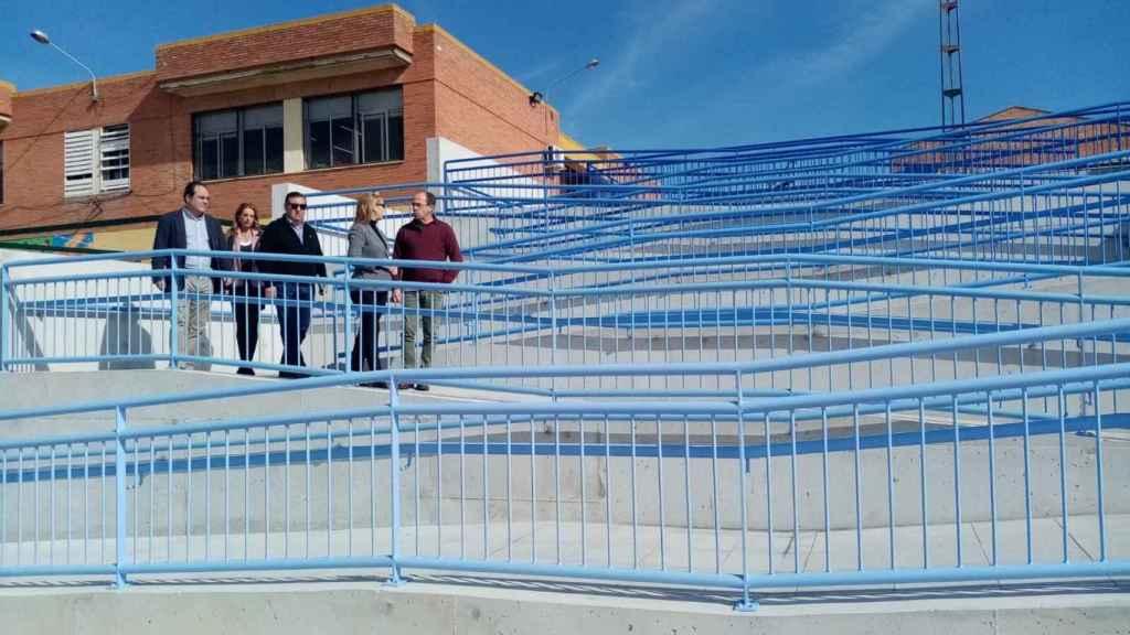 La alcaldesa inaugurando la ya famosa rampa de acceso al centro escolar